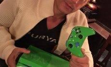 O ator Vin Diesel e o console em homenagem a Paul Walker