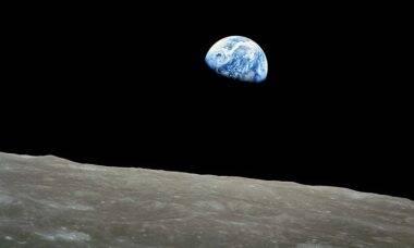 """Quem tirou a foto do """"nascer da Terra"""" visto da Lua? Foto: reprodução Youtube"""
