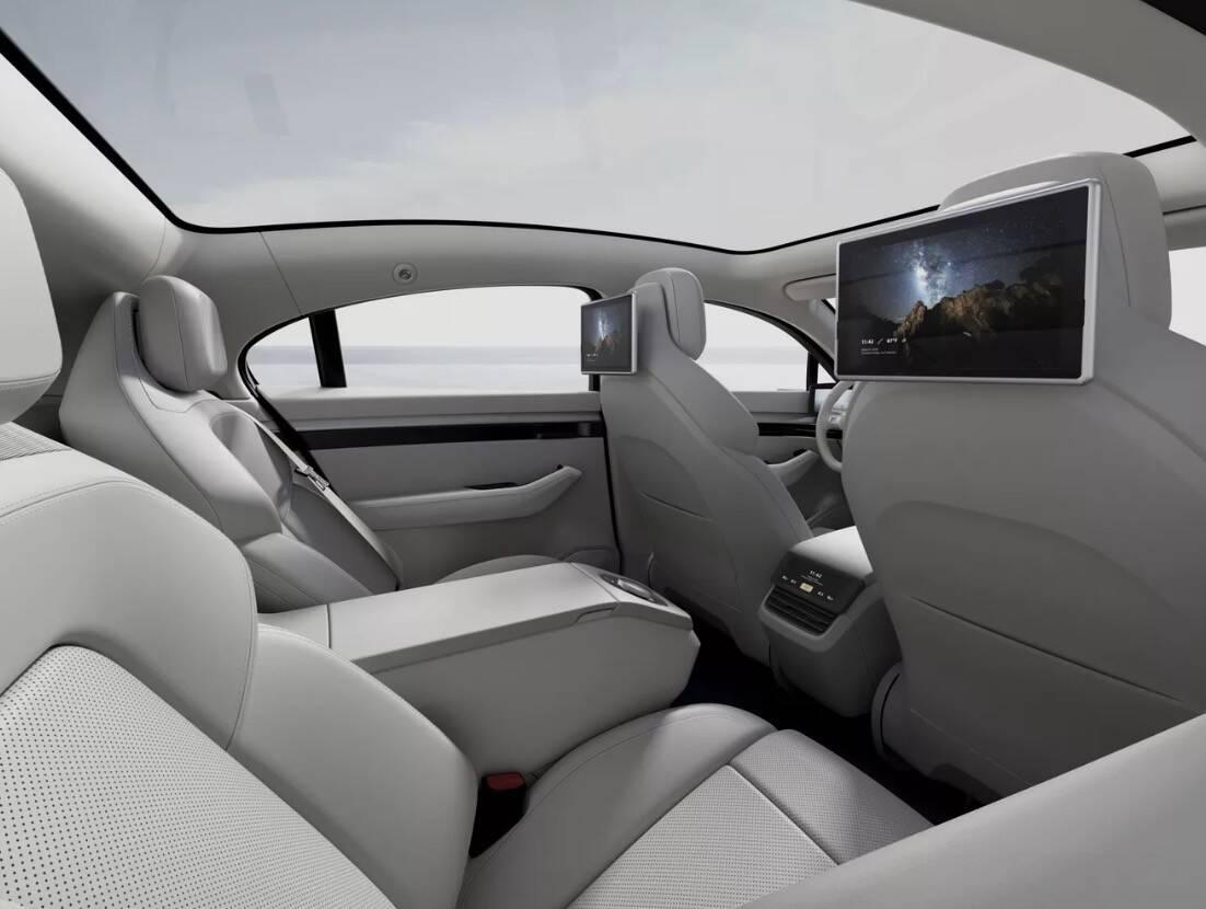 O Sony Vision-S também possui duas telas localizadas na parte traseira, nos dois encostos de cabeça dos bancos dianteiros