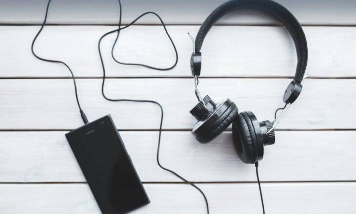Tecnologia inclusiva de áudio sem custos chega a veículos e portais das comunidades do RJ