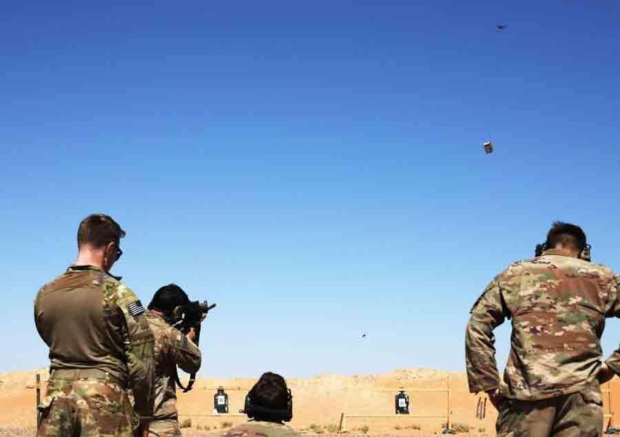 Os soldados se revezam usando um dispositivo de mira Smart Shooter para disparar contra uma caixa transportada por um drone durante o treinamento de alcance de familiarização perto da guarnição de al-Tanf, Síria, em 30 de maio de 2020. WILLIAM HOWARD / US EXÉRCITO