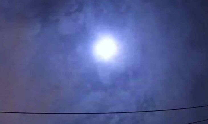 Veja bola de fogo iluminando o céu de Tóquio em forte explosão