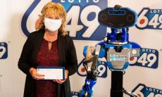 Robô entrega prêmio da loteria no Canadá