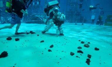 Astronautas treinam em piscina para nova viagem à Lua