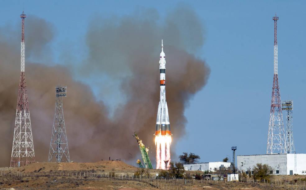 Astronauta norte-americana e russos chegam à Estação Espacial