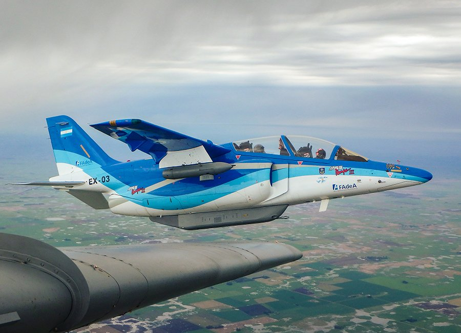 Jatos argentinos IA-63 Pampa III fazem testes com armamento real