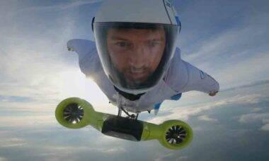 BMW apresenta wingsuit elétrico que permite voar a 300 km/h. Foto: Reprodução Youtube