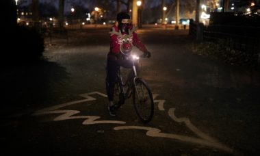 """Ford cria traje de Natal """"Distância Segura"""" para proteção dos ciclistas"""