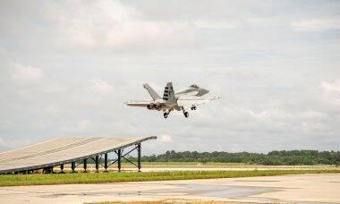 Boeing testa decolagem de Super Hornet em pista com rampa
