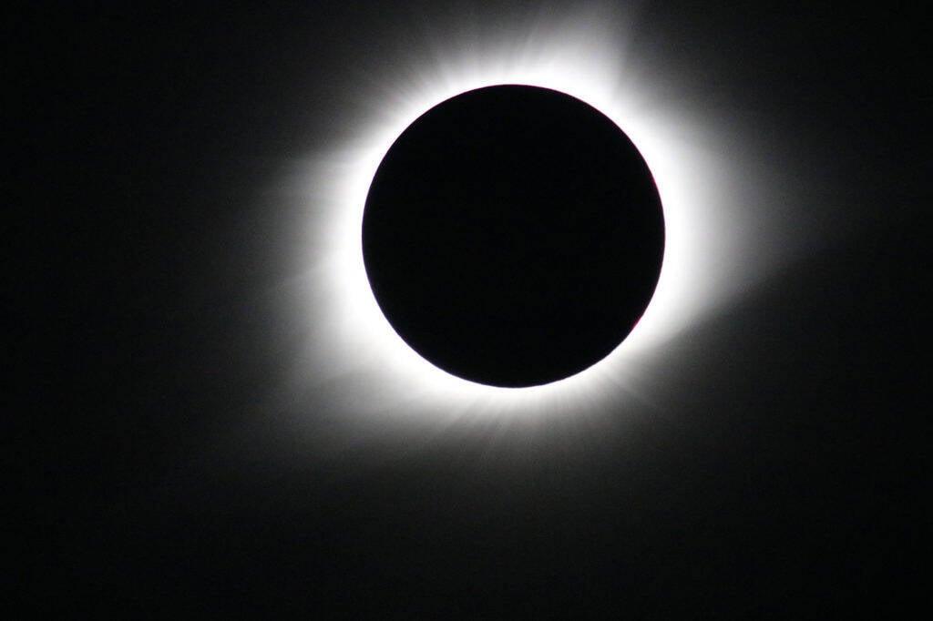 Saiba quando e como observar o eclipse solar de hoje