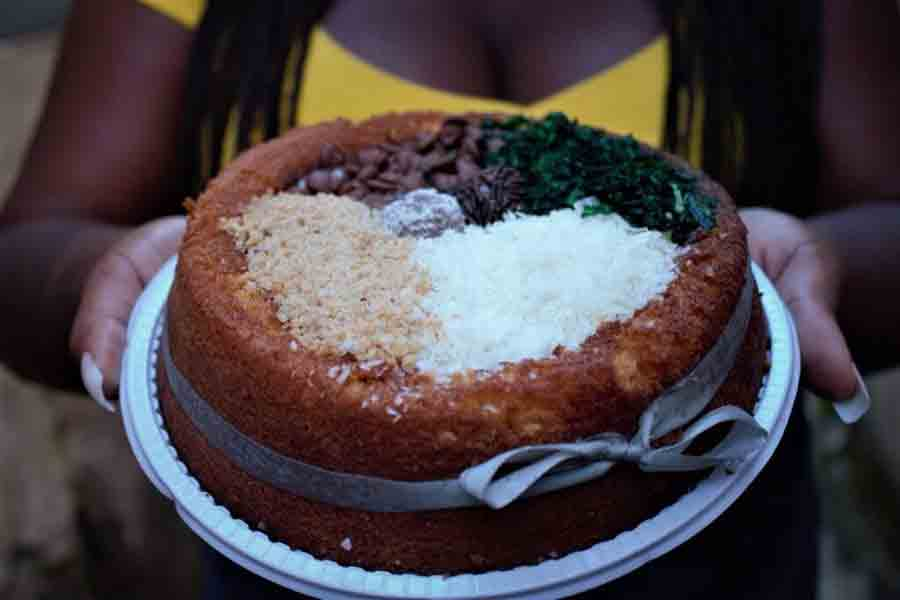 Arroz, carnes, farofa e couve: Bolo de feijoada faz sucesso nas redes e na favela. Foto: reprodução twitter