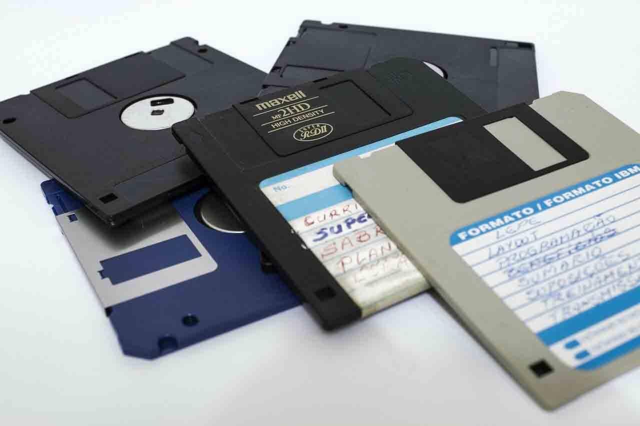 Você reclama do seu pendrive de apenas 2GB? Não dá nem pra guardar UMA MÚSICA nesses disquetes de 1.2 e 1.4 MB. Foto: Pixabay