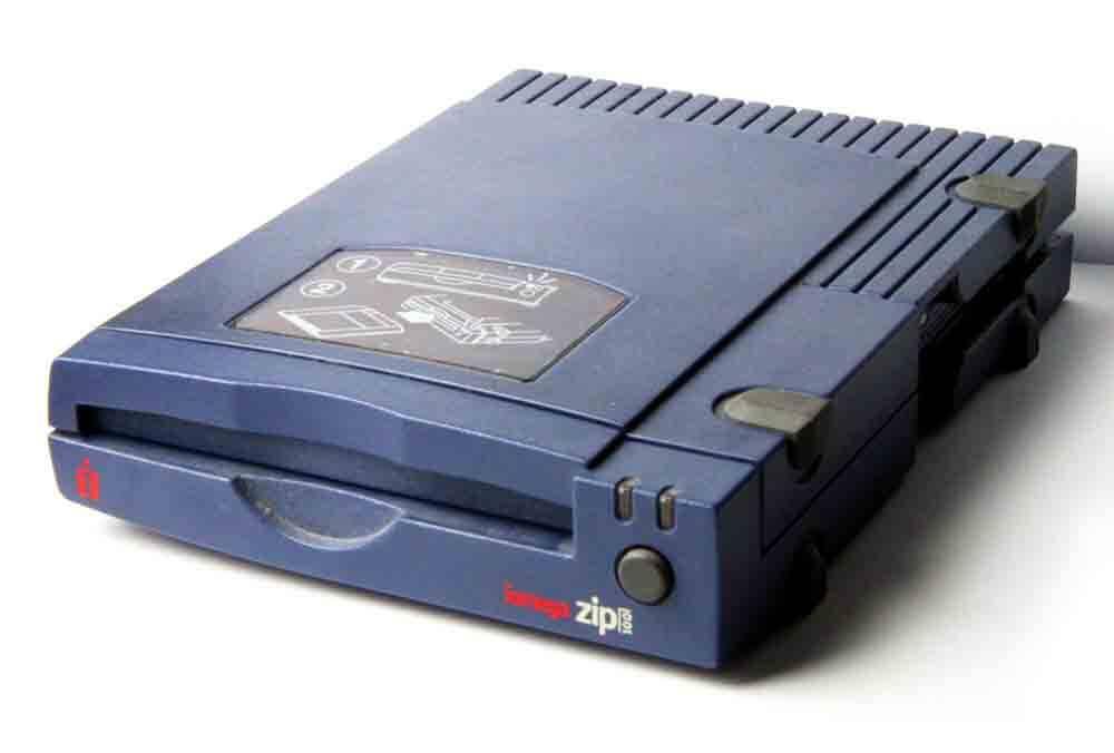 Ahhhh, se o disquete só cabe 1.44 MB, temos a solução. O Zip Drive e seus 100 MB que eram leeeeerdos pra caramba. Foto: Divulgação