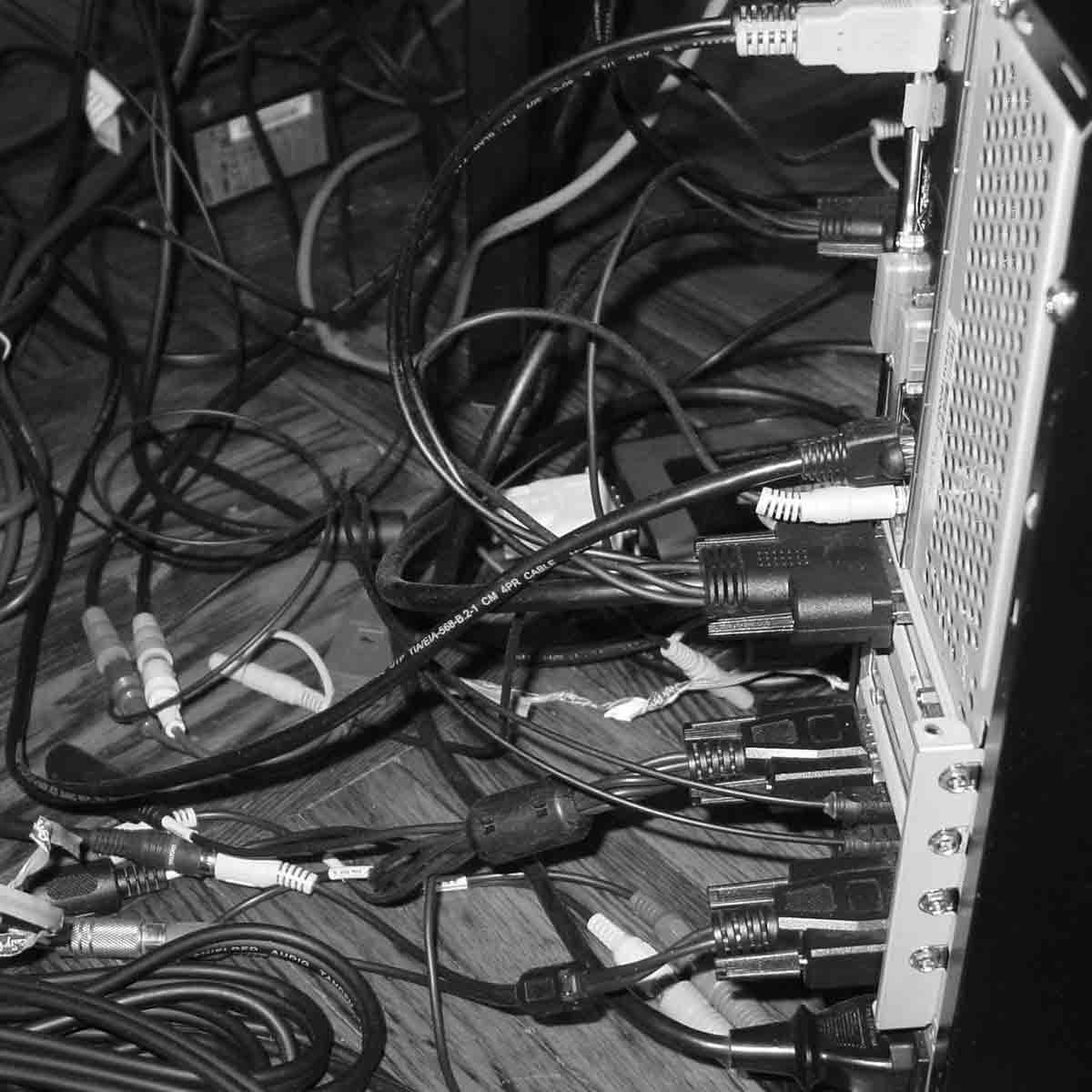 Fios, fios e mais fios por todos os lados. Já mencionei também os fios? E mais fios.