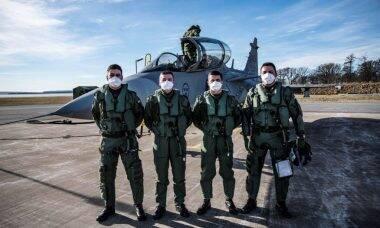 Pilotos da FAB realizam o primeiro voo de instrução no Saab Gripen