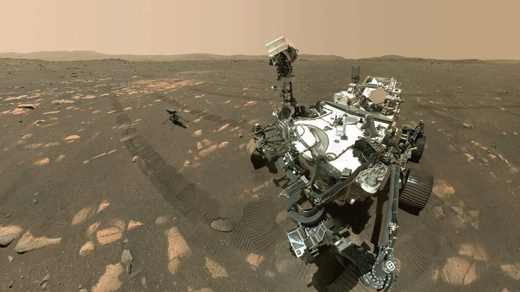 Foto mostra robô Perseverance e helicóptero Ingenuity na superfície de Marte