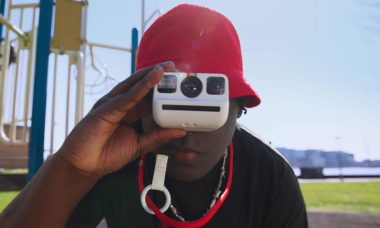 Polaroid retorna ao mercado com câmera compacta... e de filme