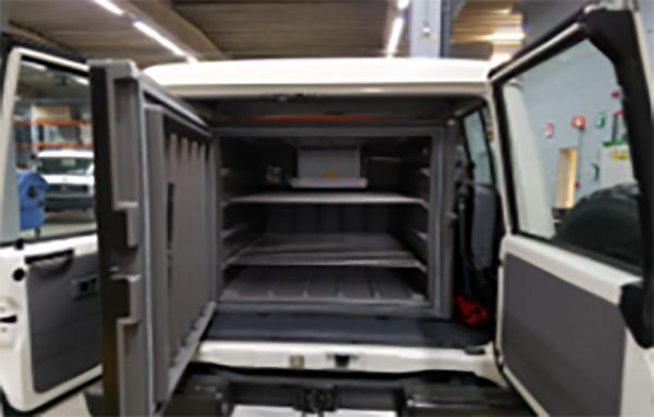 O Toyota Land Cruiser 78 recebeu em seu interior um refrigerador médico da B Medical Systems, com capacidade para 396 litros