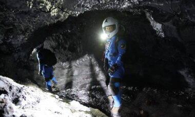 Entenda por que cientistas usam trajes espaciais para explorar cavernas no Havaí