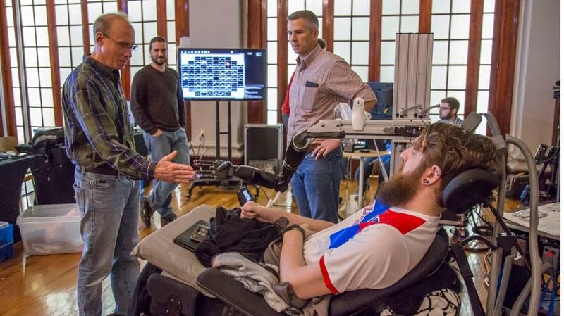 Braço robótico que transmite sensação do toque é testado nos EUA