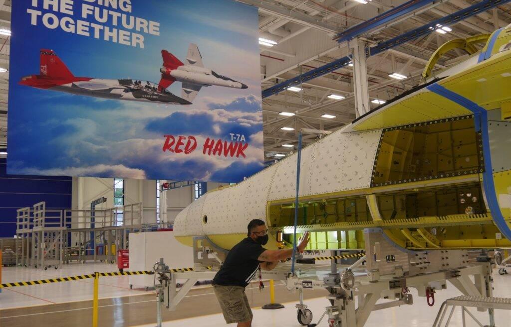 Fuselagem do treinador T-7A Red Hawk é unida em tempo recorde; entenda