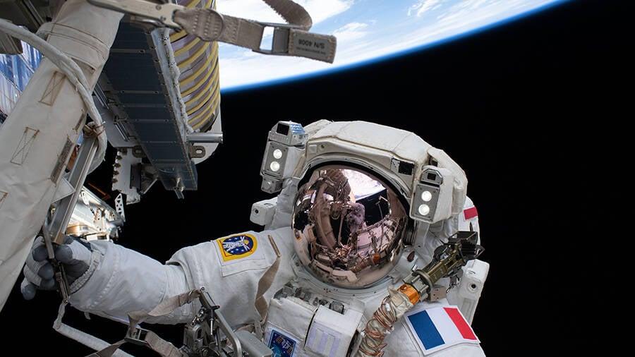 Astronautas da ISS terminam instalação de painéis solares em caminhada espacial