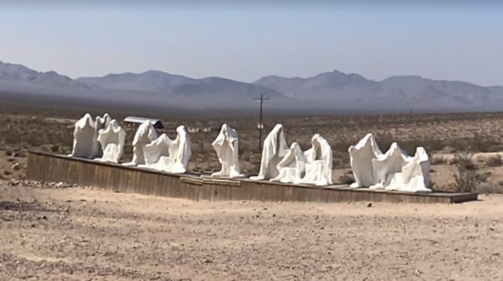 Misteriosas figuras de capuz são encontradas em cidade fantasma; entenda