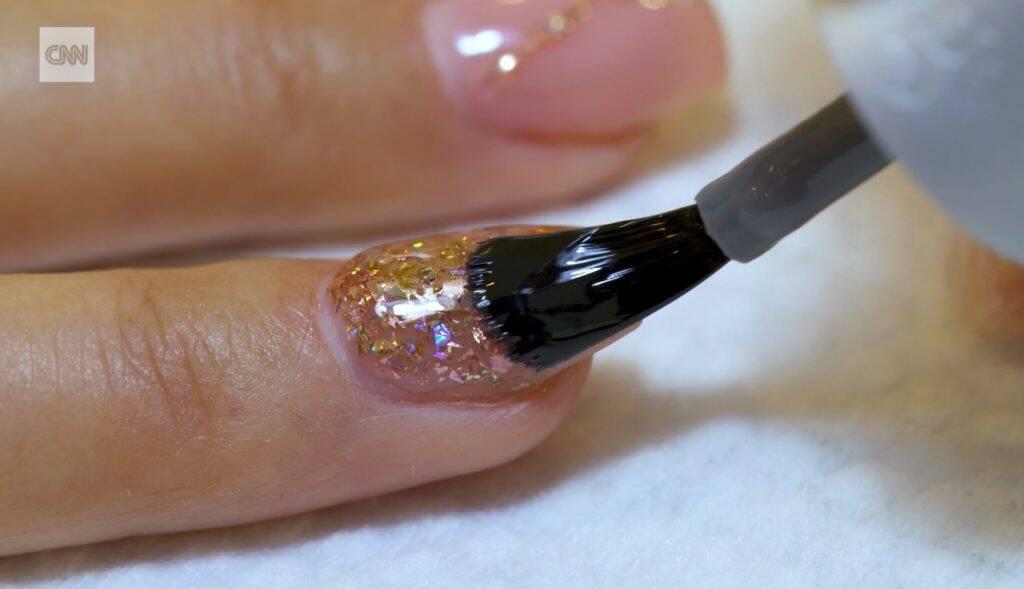 Salão implanta chip em unhas para transformá-las em cartões eletrônicos