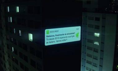 """Duolingo trola alunos """"inativos"""" com projeção em prédios de SP"""