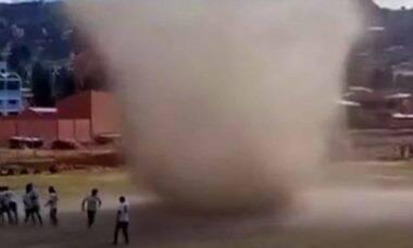 Tornado irrompe jogo de futebol na Bolívia e se torna viral. Foto: Reprodução Youtube