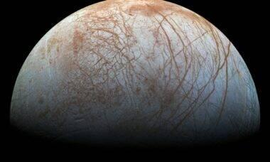 Cientistas estudam efeito de impacto de meteoritos na superfície da lua Europa
