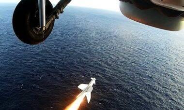 Helicóptero SH-16 Seahawk da Marinha faz lançamento de míssil real