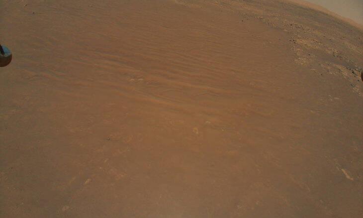 Helicóptero Ingenuity flagra robô Perseverance em novo voo em Marte