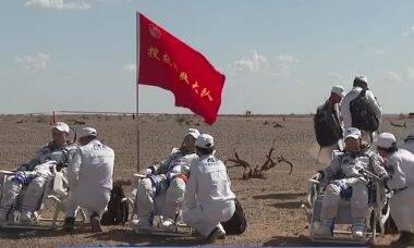 Astronautas chineses retornam à Terra após três meses no espaço