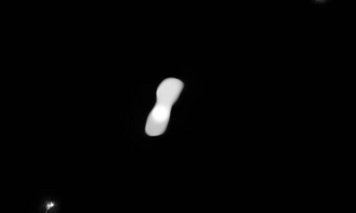 """Fotos inéditas revelam detalhes de asteroide em forma de """"osso de cachorro"""""""