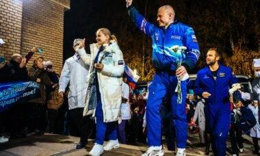 Equipe do 1º filme gravado no espaço retorna para a Terra
